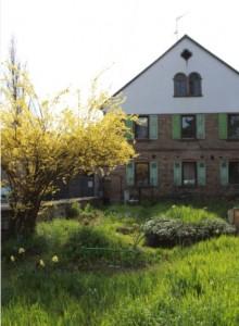 Wohnhaus mit Blumengarten